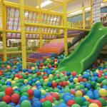 Kid's US.LAND じゃんぼスクエア香芝店は、雨の日でも思いっきり遊べる巨大室内遊園地