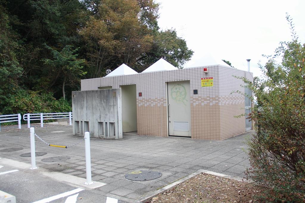 駐車場の入口にあるトイレ