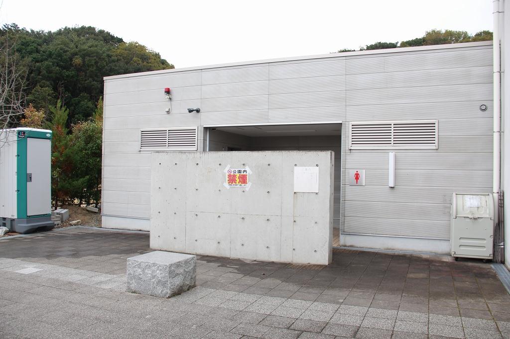 公園入り口入ってすぐ、管理等のすぐ隣にあるトイレ