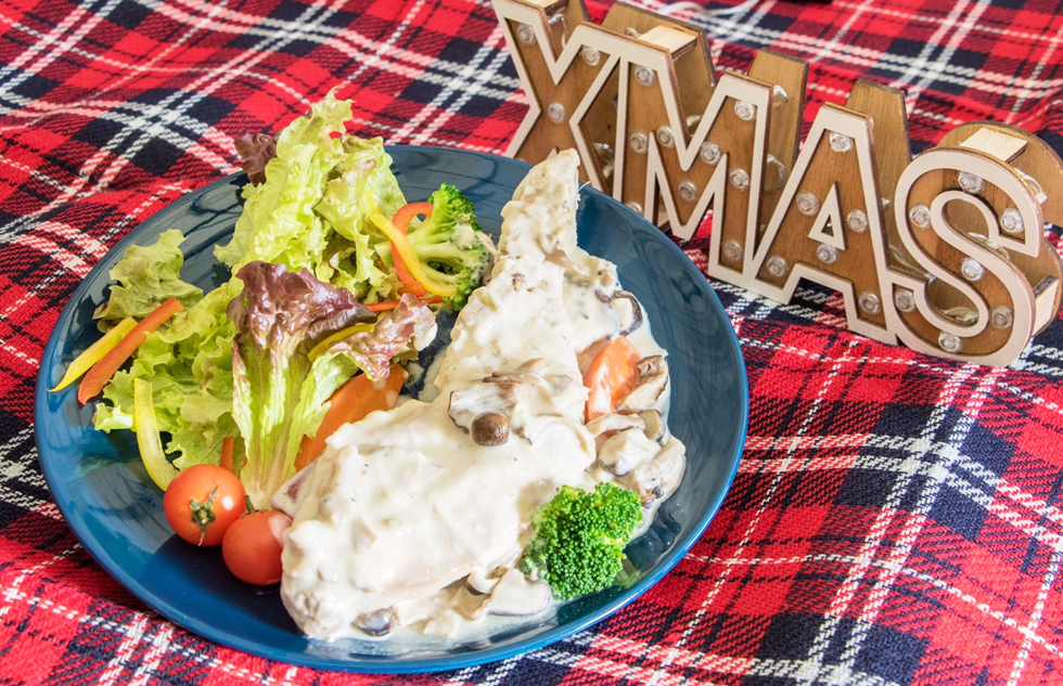 ホワイトチキンクリスマス~骨付きチキンと森の木の子クリーム煮~