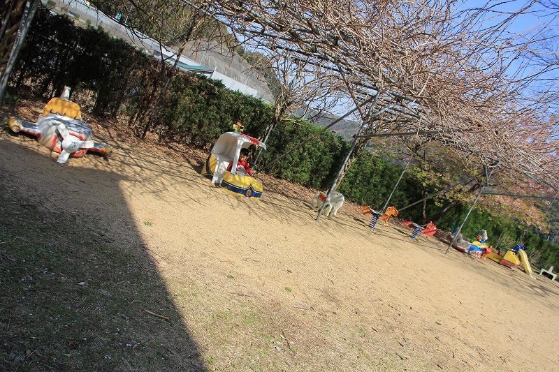 門をくぐってすぐの左側に、小さいお子様向けの遊具がズラリ