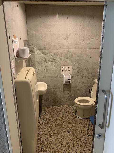 四季さい館館内にあるオムツ替えシート付きのトイレ