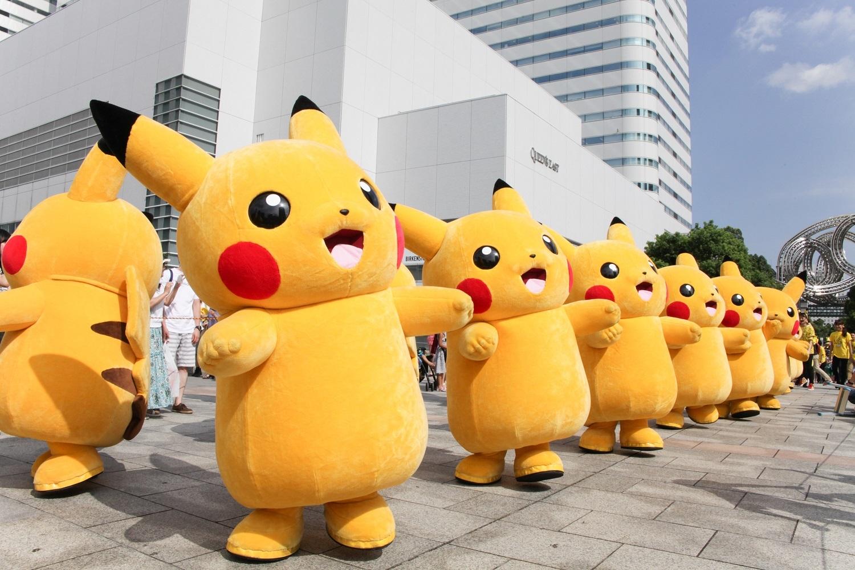 大阪・関西万博の誘致をお祝いに、たくさんのピカチュウが 御堂筋に集合し、大行進