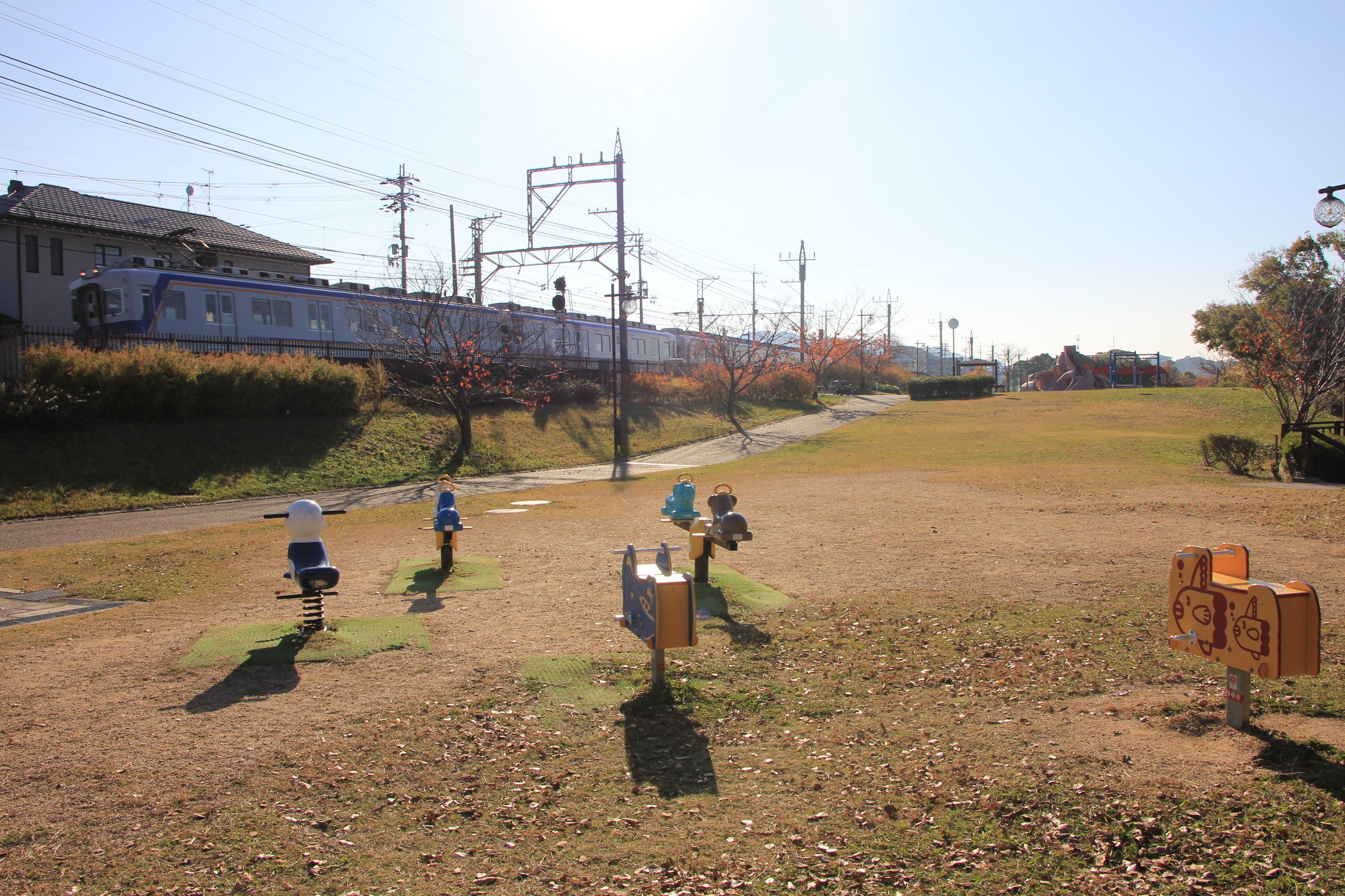 電車が公園の横を通る!?