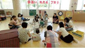 つどいの広場 広いお部屋で子どもと一緒に自由に遊べます。