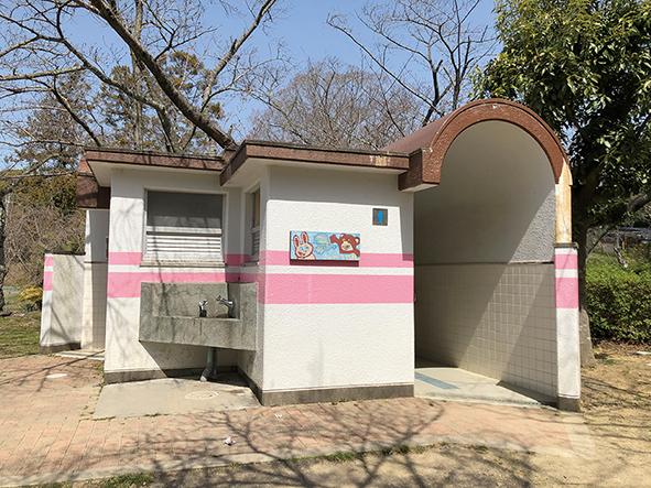 公園の入り口を入ってすぐ右手にあるトイレ