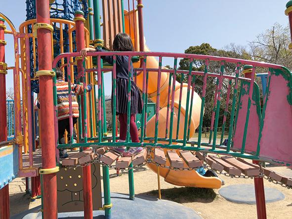 複合遊具内のグラグラ揺れる橋を渡って別の滑り台へ向かいます