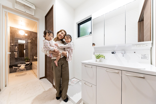 白を基調にした脱衣室は、清潔感あふれる空間!